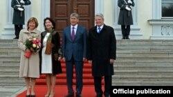 Кыргыз президенти Алмазбек Атамбаев менен Германиянын президенти Йоахим Гаук. Берлин. 1-апрель, 2015-жыл