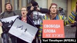 Пикет журналистов в защиту свободы слова, независимых репортеров и фотокорреспондентов Узбекистана, организованный у посольства Узбекистана в России. Москва, 2 апреля 2012 года.