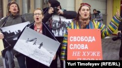 """Участники """"плов-пикета"""" у посольства Узбекистана в Москве"""