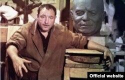 Эрнст Неизвестный и скульптура Никиты Хрущева для его надгробия на Новодевичьем кладбище в Москве
