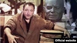 Ernst Neizvestny sovet lideri Nikita Xruşşovun büstü ilə