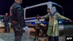 Германия-Австрия шекарасында тексерістен өтіп жатқан мигранттар. 14 қыркүйек 2015 жыл.