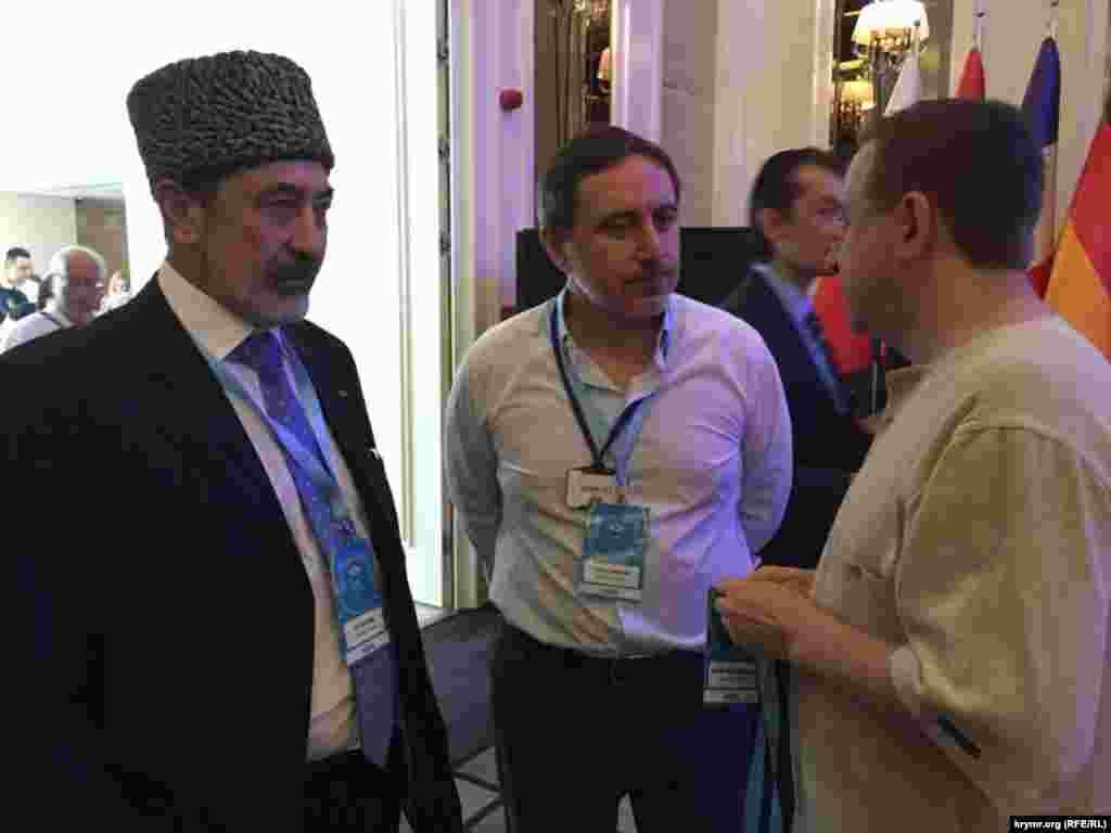 Делегати конгресу Алі Озенбаш, Ленур Іслямов і Айдер Муждабаєв