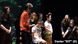Актеры инклюзивного детского театра центра «КИТ» в спектакле «Книга джунглей». Астана, июнь 2018 года.