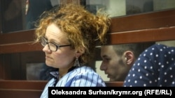 Адвокат Мария Эйсмонт вместе со своим подзащитным Раимом Айвазовым в суде, архивное фото