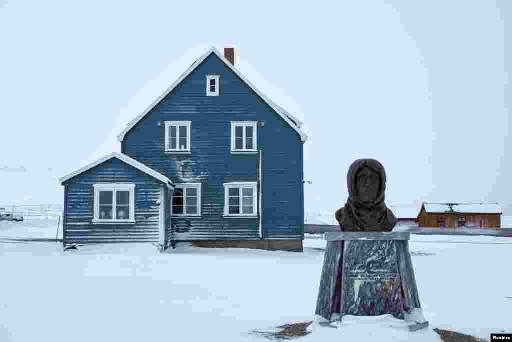 """Город украшает бюст """"Наполеона полярных стран"""" Руаля Амундсена, самого знаменитого норвежского путешественника."""