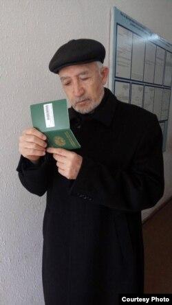 Бақо Содиқов ҳангоми дарёфти шиносномаи Узбекистон