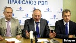На фота - (зьлева направа) Уладзімер Някляеў, Мікалай Статкевіч, Анатоль Лябедзька.