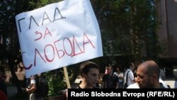 Protest novinara zbog držanja u pritvoru kolege Kežarovskog, 25. juli 2013.