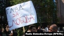 Протест на новинарит против продолжувањето на притворот на Томислав Кежаровски, јули 2013.