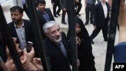میرحسین موسوی و زهرا رهنورد در یکی از مبازرات انتخابات ریاست جمهوری دهم.