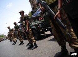 Солдаттар сайлау науқаны кезінде қауіпсіздікті бақылап тұр. Пәкістан, Карачи, 10 мамыр 2013 жыл.