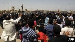 Сторонники и противники Хосни Мубарака у здания суда, вынесшего ему приговор
