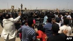 Толпа у здания военной академии в Каире, где был вынесен приговор