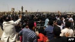 Прыхільнікі і апанэнты Мубарака перад будынкам суду пасьля абвяшчэньня выраку, Каір, 2 чэрвеня, 2012