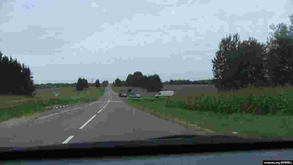 Міліцыя пільнуе пад'езд да Крапівенскага поля