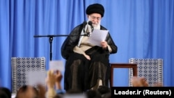 Ирандын рухий көсөмү аятолла Али Хаменеи.