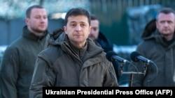 Президент Украины Владимир Зеленский выступает во время посещения военной базы вблизи линии фронта на востоке Украины. 6 декабря 2019 года.