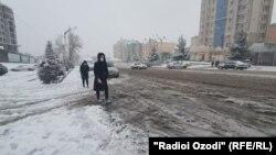 Мощный снегопад в Таджикистане