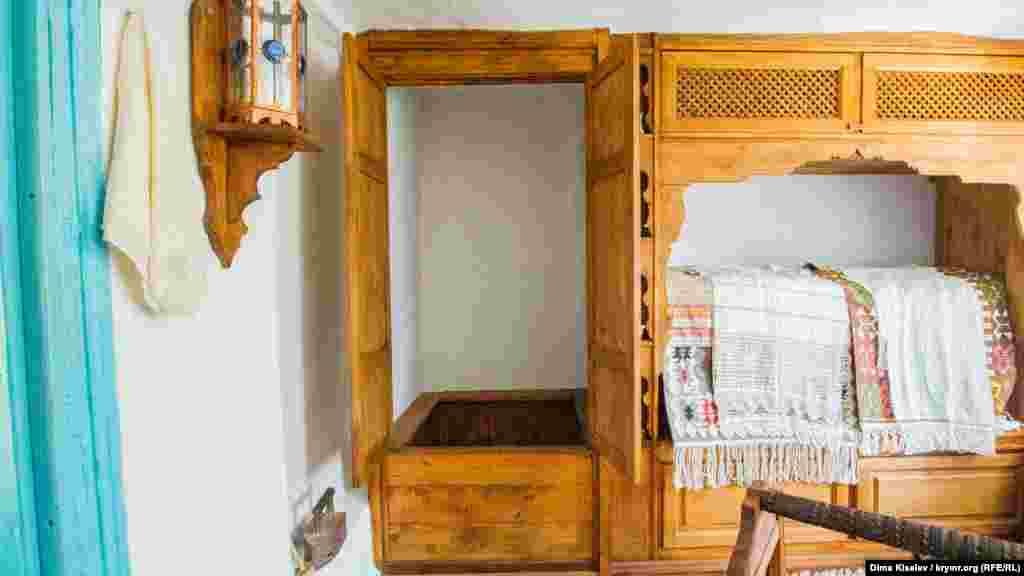 Душем кримські татари користувалися ще до того, як були придумані душові кабіни, тобто у кримських татар була і душова, і каналізація.  Така шафа стояла прямо в кімнаті. У музеї «Дервіш еві» її повністю відтворили. У центрі кабіни – abdest taş – камінь для обмивання. Саме на нього ставали, коли милися, щоб виходити чистими. Адже в Корані написано, що після того, як помив своє тіло, треба помити і ноги. Якщо не буде підвищення, то ноги опиняться в брудній воді