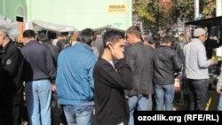 Мәскәүдә полиция җомга намазын укып чыккан мигрантларның документларын тикшерә. 23 сентябрь 2012