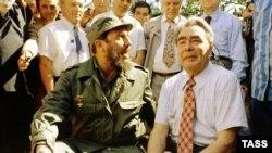 Кубанын лидери Фидел Кастро (солдо) Совет лидери Леонид Брежнев менен.