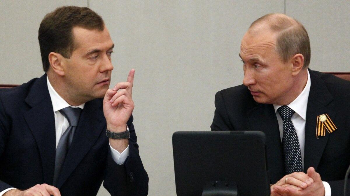 Медведев показывает факью фото