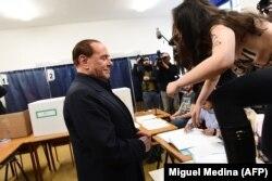 "Сильвио Берлускони и активистка ""Фемен"" на избирательном участке в Милане"