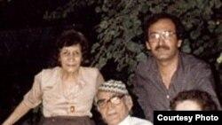 """الجواهري عام 1984 والى يمينه زوجته """" امنة """" والى يساره اخته """" نبيهة """" .. وكاتب هذه السطور واقفا في الخلف"""
