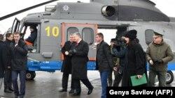 Пятый президент Украины Петр Порошенко и глава МВД Арсен Аваков проверяют два вертолета Airbus H225, декабрь 2018 год
