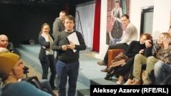Германиялық режиссёр Кай Вушек (ортада) пен Қазақстан неміс театры актерлері «Қонақ үй» қойылымына дайындық кезінде. Алматы, 18 наурыз 2015 жыл.