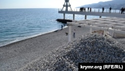Массандровский пляж d Ялте готовят к курортному сезону. Март 2020 года