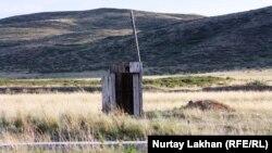 Придорожный туалет недалеко от города Аягоза. Восточно-Казахстанская область, 22 июня 2014 года.
