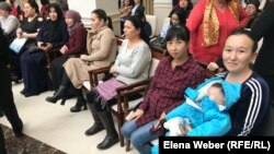 Многодетные матери, пришедшие на встречу с чиновниками в Караганде, 11 февраля 2019 года. Иллюстративное фото.