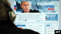 Човек ја разгледува интернет страницата за кампањата на претседателските избори на Владимир Путин.