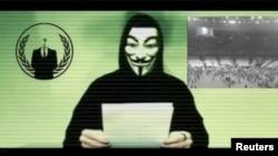 Ілюстраційне фото. Чоловік в масці, що вважається символом хакерської спільноти Anonymous, робить відео-заяву. Листопад 2015 року