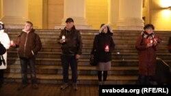 Леанід Кулакоў (крайні зьлева) сярод удзельнікаў «Ланцуга памяці» 29 кастрычніка