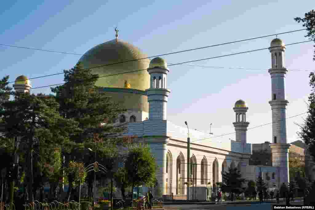 Центральная мечеть Алматы.