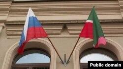Татарстан (у) һәм Русия әләмнәре