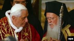 پاپ در ديداری با رييس امور ديانت ترکيه، کشيش ارامنه ترکيه و رييس خاخامهای يهودی اين کشور خواستار تعامل و دوستی ميان اديان شد.