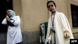 Живущие в Европе женщины-мусульманки (слева) сохраняют самобытность несмотря на наличие мобильных телефонов и призывы христианских миссионеров (справа) примкнуть к их акциям