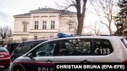 Полициски автомобил пред резиденцијата на амбасадорот на Иран во Виена, Австрија, 12 март 2018 година.