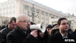 Аскер командирлери соттолгон Тбилиси шаардык соту алдында пикет өттү. 11-январь, 2010-ж.