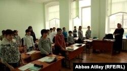 Учитель в классе средней школы. Архивно-иллюстративное фото, 2012
