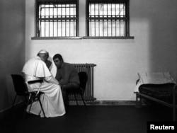 دیدار پاپ ژان پل دوم با محمد علی آغجا، فردی که در تروری نافرجام پاپ را به شدت مجروح کرد- ایتالیا، ۱۹۸۳