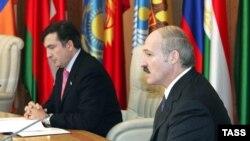 Пока Грузия формально не признана даже кандидатом в НАТО, Михаилу Саакашвили (слева) приходится посещать саммиты СНГ. 28 ноября, Минск