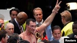 Володимир Кличко (в центрі) святкує перемогу над Олександром Повєткіним
