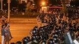 Участники поствыборного протеста и спецназ милиции в Минске. 9 августа 2020 года.