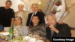 Хусан Зиямухаммедов в кругу криминальных авторитетов.