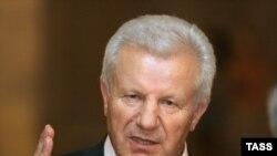 Поздно вечером в понедельник председатель Верховной Рады, лидер социалистов Александр Мороз в телеобращении к украинскому народу заявил, что у президента нет законных оснований для роспуска парламента